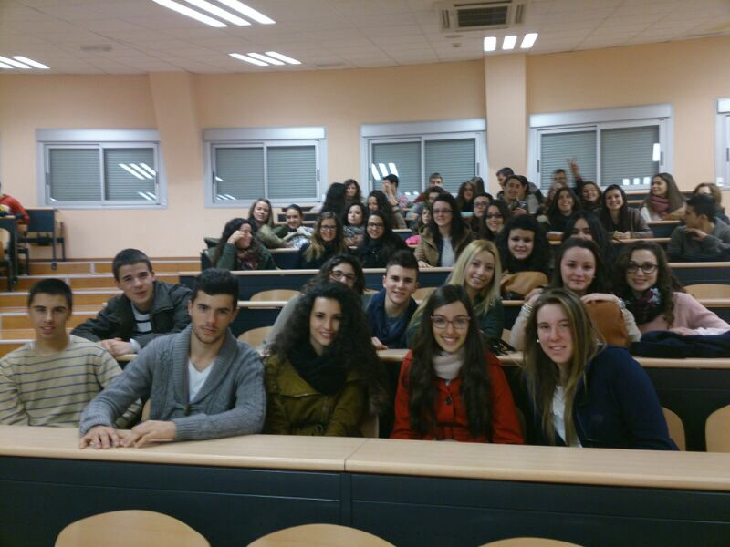 grupo de alumnos de bachillerato visitando la universidad